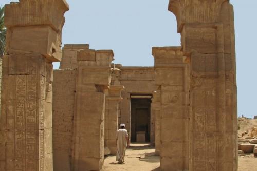 In den Ruinen des Ptah-Tempels von Karnak sieht man im Barkensanktuar vor der Statuennische den Sockel, auf dem die Barke des Gottes abgestellt wurde...